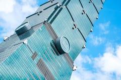 Olhando acima a vista de Taipei 101, o marco de Taiwan, reflete luzes do céu azul e do sol Foto de Stock Royalty Free