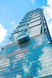 Olhando acima a vista de Taipei 101, o marco de Taiwan, reflete luzes do céu azul e do sol Fotografia de Stock