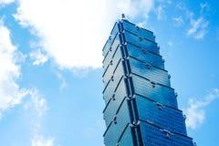 Olhando acima a vista de Taipei 101, o marco de Taiwan, reflete luzes do céu azul e do sol Imagem de Stock