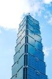 Olhando acima a vista de Taipei 101, o marco de Taiwan, reflete luzes do céu azul e do sol Imagens de Stock Royalty Free