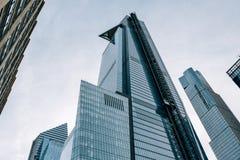 Olhando acima a vista do arranha-céus inacabado 30 Hudson Yards no Midtown New York City fotos de stock