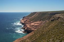 Olhando ao longo dos penhascos do parque nacional de Kalbarri, WA, Austrália Ocidental, Oceano Índico imagem de stock
