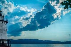 Olhando através de Hudson River para Jersey Shore, com o farol do Sleepy Hollow à esquerda, com um maciço imagens de stock