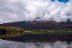 Olhando através do lago pyramid em Jasper National Park, Alberta, Canadá, amanhecer, a reflexão das cores da floresta imagens de stock