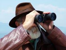 Olhando binóculos Fotos de Stock Royalty Free