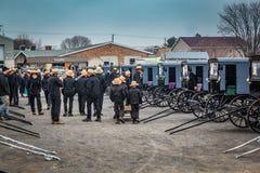 Olhando carrinhos de Amish para a venda fotografia de stock royalty free