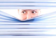 Olhando cortinas da calha imagem de stock royalty free