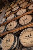 Olhando cremalheiras de Bourbon no armazém da reserva de Woodford Fotos de Stock Royalty Free