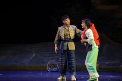 Olhando em cada outra ópera de Jiangxi uma balança romana Imagens de Stock