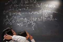 Olhando a equação complexa difícil imagens de stock