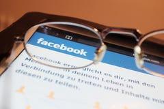 Olhando Facebook Imagem de Stock Royalty Free