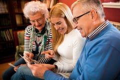 Olhando fotos velhas com avós e togeher de sorriso Foto de Stock