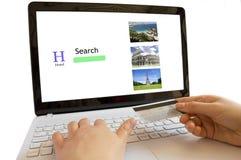 Olhando hotéis em linha imagem de stock royalty free