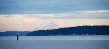 Olhando a ilha de Camano e o padeiro da montanha Imagem de Stock