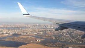 Olhando a janela da calha de uma asa dos aviões, do avião ou do plano Vista da janela plana durante a aterrissagem ou a decolagem filme