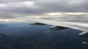 Olhando a janela da calha de uma asa dos aviões, do avião ou do plano Vista da janela plana durante a aterrissagem ou a decolagem vídeos de arquivo