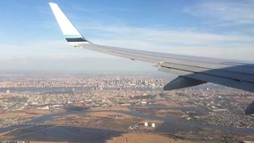 Olhando a janela da calha de uma asa dos aviões, do avião ou do plano Vista da janela plana durante a aterrissagem ou a decolagem video estoque