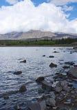 Olhando montes perto do lago Tekapo em Nova Zelândia fotos de stock