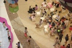 Olhando a mostra das crianças dos pais no SHENZHEN Tai Koo Shing Commercial Center Fotografia de Stock