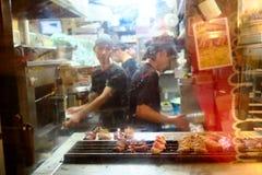 Olhando o BBQ grelhe na noite no Tóquio Fotos de Stock
