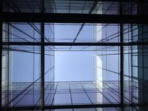 Olhando o céu do pátio foto de stock royalty free