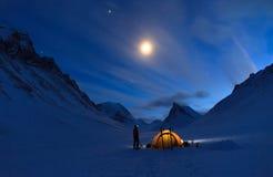Olhando o céu noturno fotografia de stock