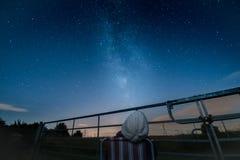 Olhando o chuveiro, a Via Látea e as estrelas de meteoro do perseid Fotografia de Stock
