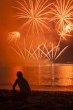 Olhando o fogo de artifício Fotografia de Stock Royalty Free