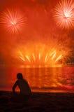 Olhando o fogo de artifício Foto de Stock