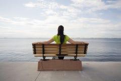 Olhando o mar Imagens de Stock Royalty Free