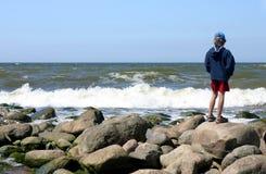 Olhando o mar Fotos de Stock
