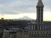 Olhando o Monte Rainier de Seattle do centro fotografia de stock