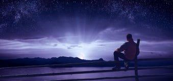 Olhando o moonrise sobre o mar imagens de stock royalty free