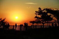 Olhando o nascer do sol na parte superior da montanha Fotografia de Stock Royalty Free