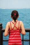 Olhando o oceano Foto de Stock Royalty Free