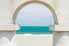 Olhando o oceano através da porta do arco fotografia de stock