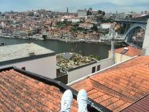 olhando o panorama da cidade de Porto do telhado foto de stock royalty free