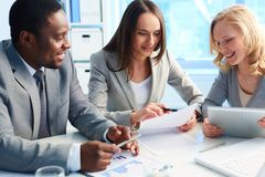 Olhando o plano de negócios Foto de Stock Royalty Free