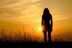 Olhando o por do sol Fotos de Stock Royalty Free