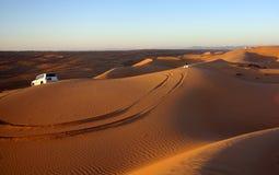 Olhando o por do sol em areias de Wahiba Imagem de Stock Royalty Free