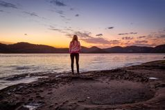 Olhando o por do sol do foreshore da ilha da turfa foto de stock
