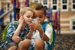 Olhando o telefone Imagem de Stock Royalty Free