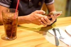 Olhando o telefone celular imagens de stock