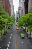 Olhando o tráfego ao longo da 42nd rua em Manhattan, New York Fotos de Stock Royalty Free