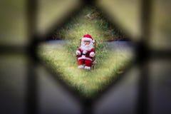 Olhando Papai Noel Fotos de Stock Royalty Free