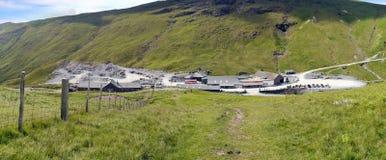 Olhando para baixo à mina da ardósia de Honister, distrito do lago Foto de Stock