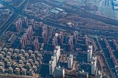 Olhando para baixo de um avião no construções em Peking fotografia de stock royalty free