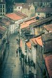 Vista para baixo na rua chuvosa da cidade velha imagem de stock royalty free