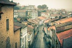 Vista para baixo na rua chuvosa da cidade velha imagens de stock royalty free