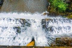 Olhando para baixo no fluxo da água que cai sobre uma represa concreta, área de San Francisco Bay, Califórnia imagens de stock royalty free